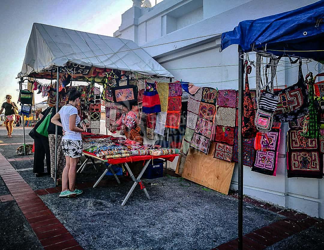 Kuna-indian-crafts-in-panama-city