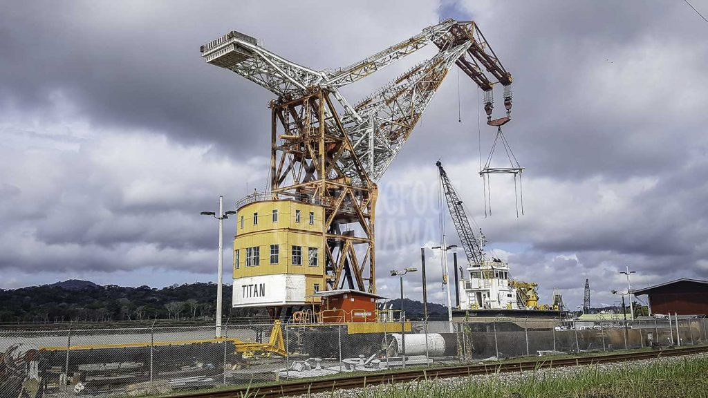 giant-crane-on-panama-canal